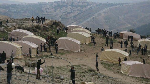 La Policía israelí entra en el campamento palestino para desalojarlo por la fuerza