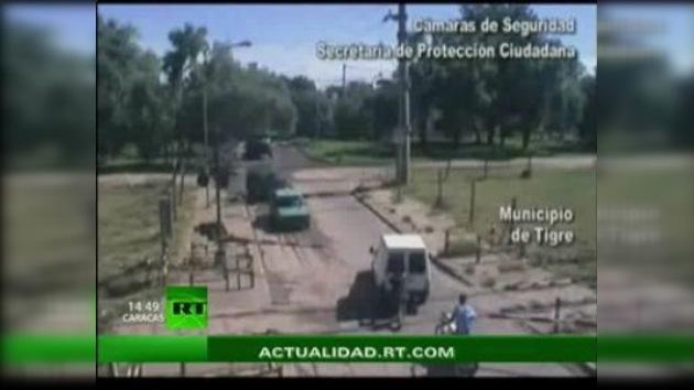 Un joven argentino evita un accidente arriesgando su vida