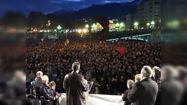 Miles de ciudadanos arropan a los directivos de Egunkaria