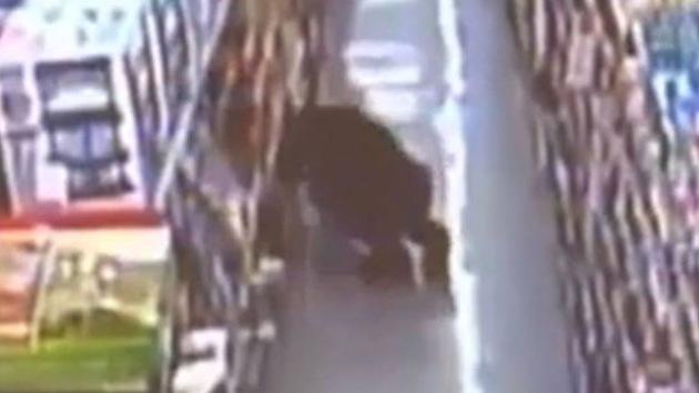 Video: Un ladrón se va con las manos vacías tras pasar dos horas agazapado