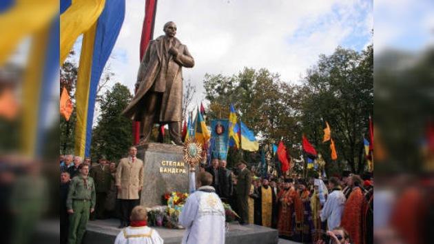 Presidente saliente de Ucrania entrega honores a ultranacionalista
