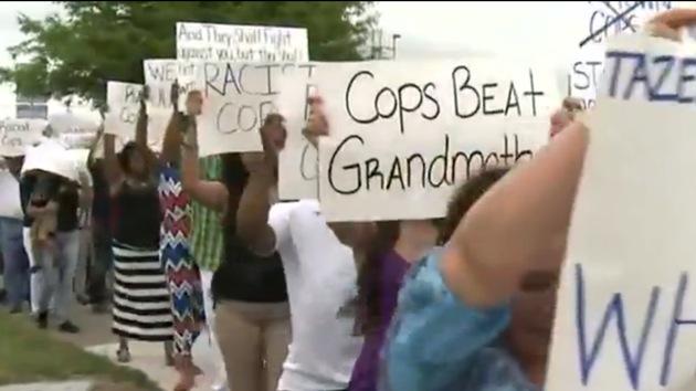 Video: Policías en EE.UU. asaltan fiesta familiar rociando gas pimienta a niños