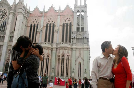Los besos, nueva 'arma' para protestar contra la sociedad conservadora de México