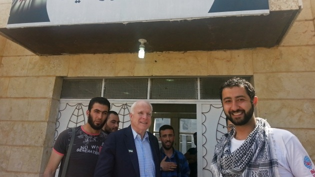 Foto polémica: ¿Contactó John McCain con el Estado Islámico?