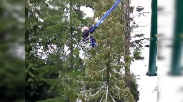 Video: joven parapléjica practica 'bungee' en silla de ruedas