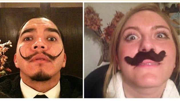Una joven parodia las fotos 'selfie' del hombre bigotudo que ahora tiene su iPhone
