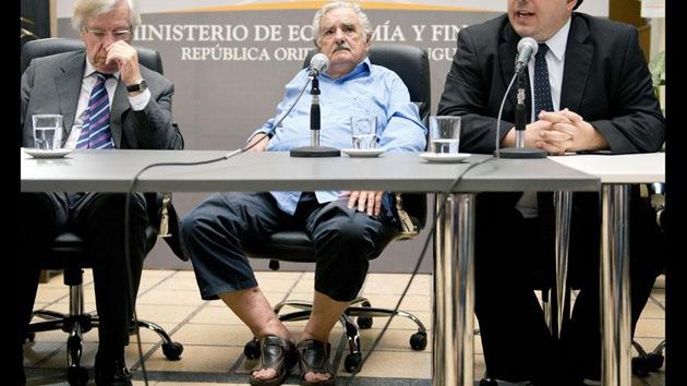 José Mujica acude en sandalias a la toma de posesión del ministro de Economía