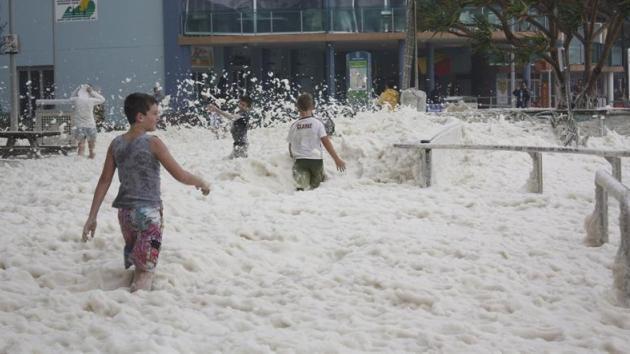 Video: Un coche sumergido en espuma de mar casi atropella a dos policías en Australia