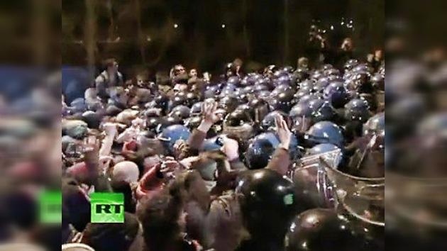Video: dramática 'batalla' entre policías y manifestantes en Italia