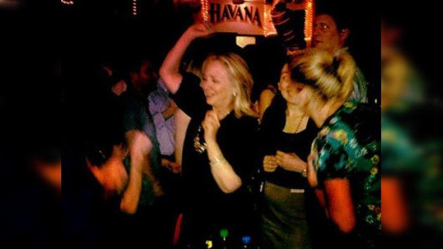 Hillary Clinton se divierte en un bar de Cartagena de Indias
