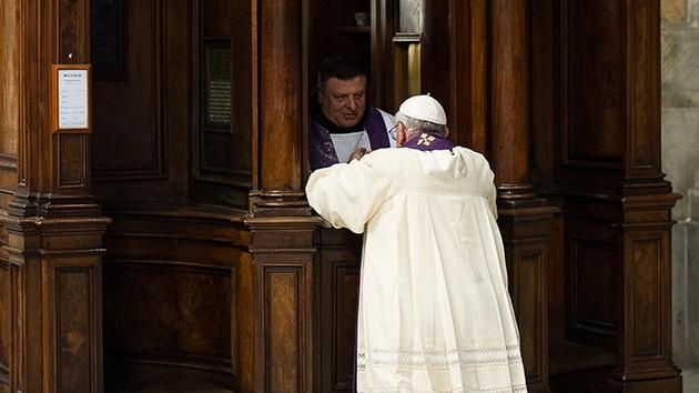 Video: El papa Francisco, el primero en confesarse en público