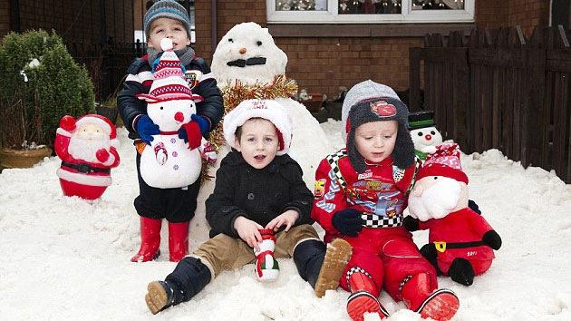 Un niño británico celebró la Navidad con un regalo de 10 toneladas de nieve