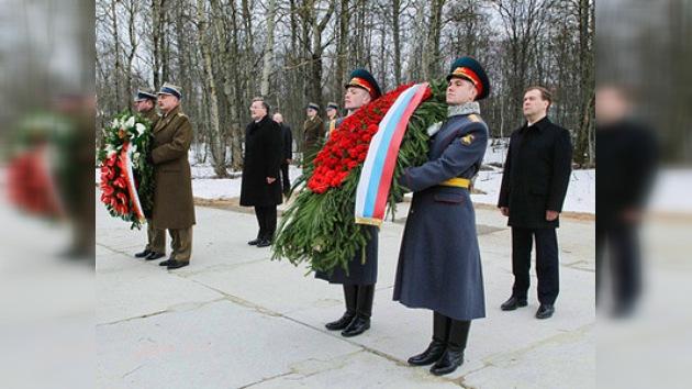 Mandatarios ruso y polaco honran memoria de los fallecidos en la catástrofe de Smolensk