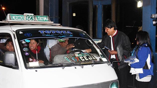 Evo Morales hace campaña repartiendo volantes a los conductores bolivianos