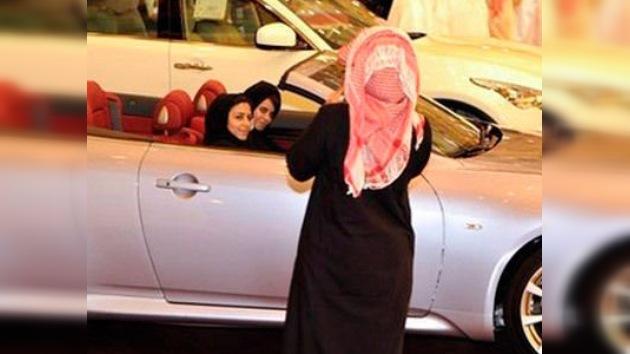 Condenan a 10 latigazos a una mujer saudí por conducir un automóvil