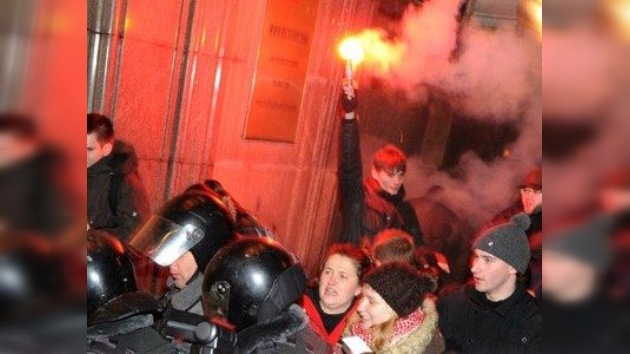 Granadas de humo y detenciones empañan la jornada electoral en Rusia