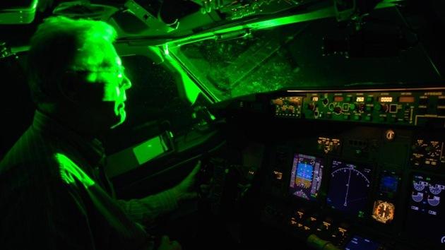 """FBI: """"Los ataques con puntero láser contra aviones son una epidemia"""""""