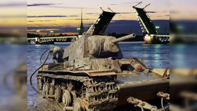 Resurge desde el fondo del río Neva un tanque de combate de la Gran Guerra Patria