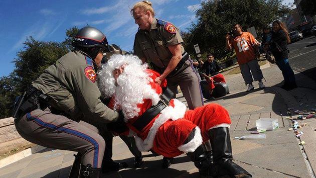 Video: Detienen a 'Papá Noel' por escribir con tiza en el suelo frente al Capitolio