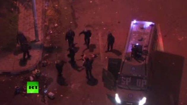 Video: Antidisturbios desnudan y golpean con saña a un manifestante en El Cairo