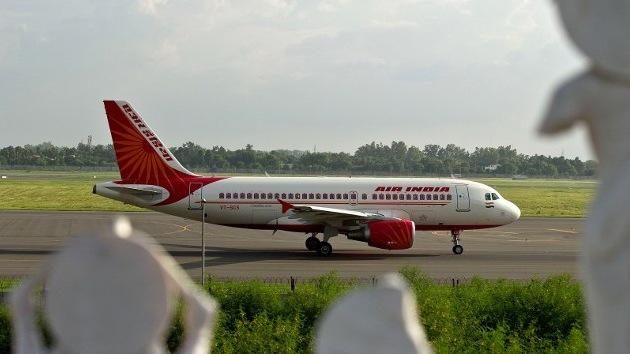 Dos pilotos indios dejan a dos aeromozos a los mandos del aparato para dormir