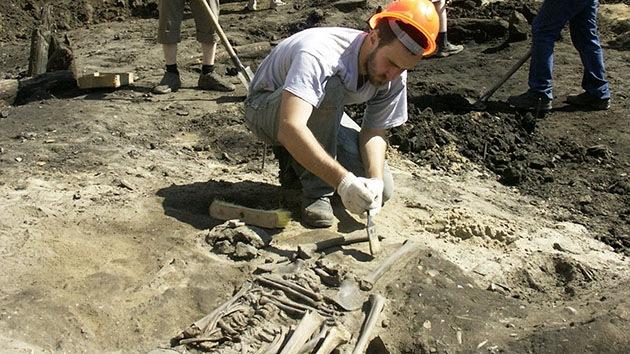 """Arqueólogos descubren a un guerrero """"gigante"""" en Siberia"""