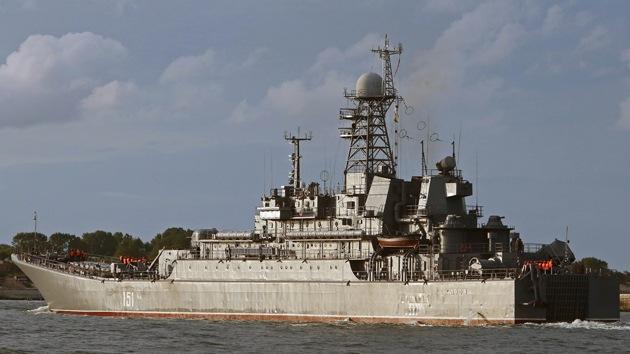 El buque ruso de desembarco Azov atraca en un puerto español