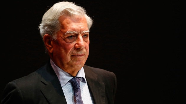 Video: Interrumpen a Vargas Llosa y rompen uno de sus libros en plena charla
