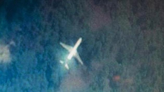 Difunden la imagen de un avión sobrevolando la selva de Malasia que podría ser el MH370