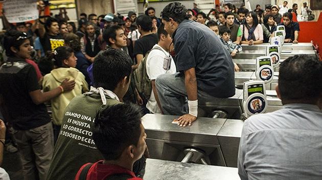 #PosMeSalto: mexicanos se rebelan contra la subida de precio del metro no pagando