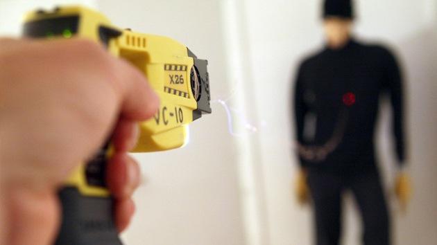 Armas eléctricas y químicas ilegales en Reino Unido, a la venta por Internet
