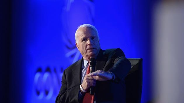 John McCain admite que se reunió con miembros del Estado Islámico