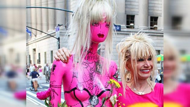 Maniquíes callejeros lucen lo mejor de la moda en plena avenida Broadway