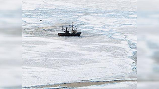 Llegan equipos de socorro al buque varado en el hielo del Pacífico