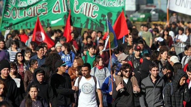 """Un año después del """"cacerolazo"""" miles de chilenos marchan por el 'despertar ciudadano'"""