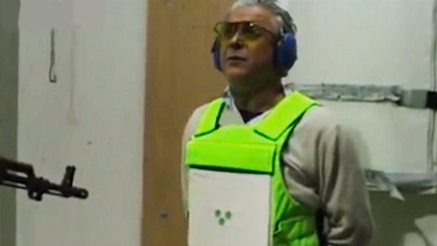 VIDEO: Se ponen ante kaláshnikov para probar nuevo chaleco antibalas