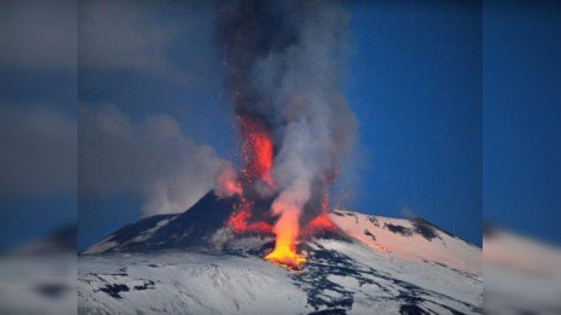 Impresionantes imágenes del volcán italiano Etna en erupción