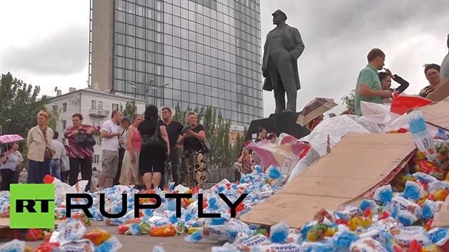 A Donetsk 'le amargan' los dulces de Poroshenko: Los vecinos pisan sus bombones