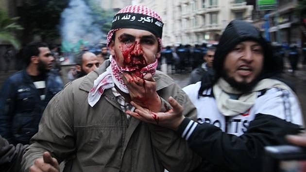 Video, fotos: Violentos choques entre islamistas y opositores en Alejandría