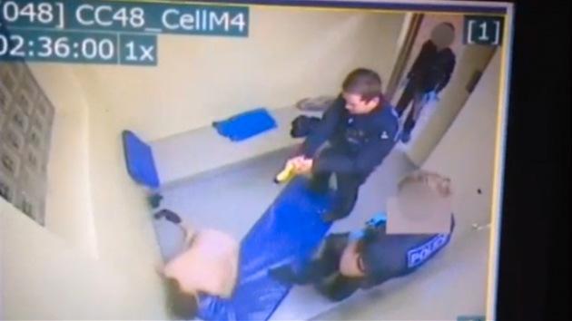 Video: Policías británicos disparan con una pistola eléctrica a un preso desnudo