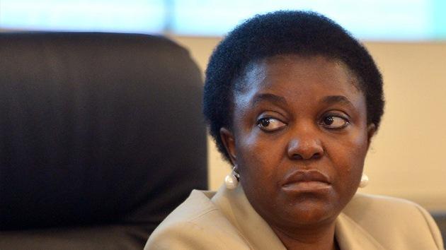 Lanzan plátanos a la ministra italiana negra a la que compararon con un orangután