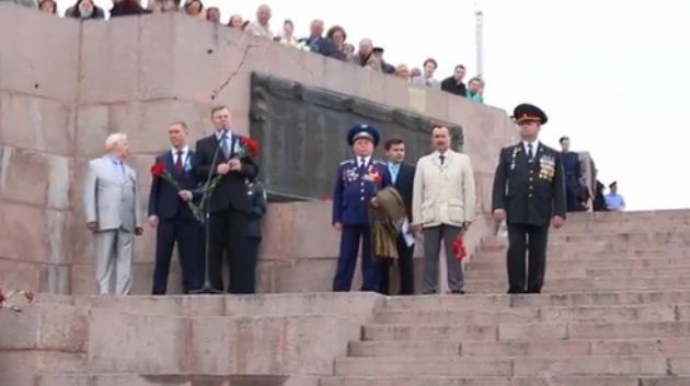 """Veteranos abuchean a un gobernador ucraniano que llamó """"libertador"""" a Hitler"""