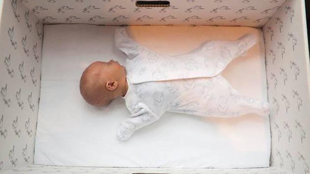 En Finlandia los bebés duermen en cajas de cartón