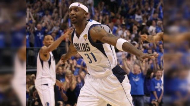 Dallas se impone a Miami y acaricia el título de la NBA