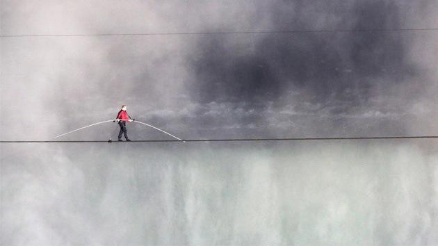 De EE.UU. a Canadá sobre un cable y por encima del Niágara