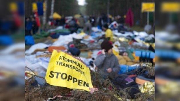 Deseperados intentos de los ecologistas para detener el 'tren nuclear'