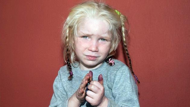 La Policía griega busca el origen de una niña 'nórdica' hallada en un poblado gitano