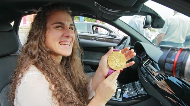 Una campeona olímpica rusa le regala un coche a su primer entrenador