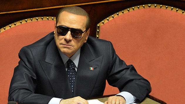 Berlusconi llama estúpidos a sus detractores fuera del Parlamento
