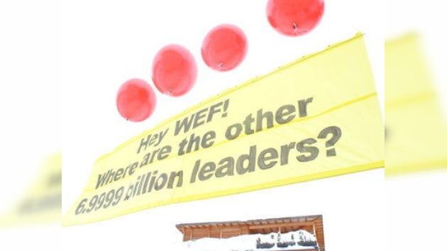 Las protestas en Davos exigen devolverle al hombre el poder del dinero